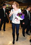 Nov 16, 2010 - Taylor Swift - Narita International Airport In Japan (57 HQ pics) Th_22866_tduid1721_Forum.anhmjn.com_021_122_1134lo