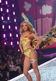 th_10269_fashiongallery_VSShow08_Show-412_122_607lo.jpg